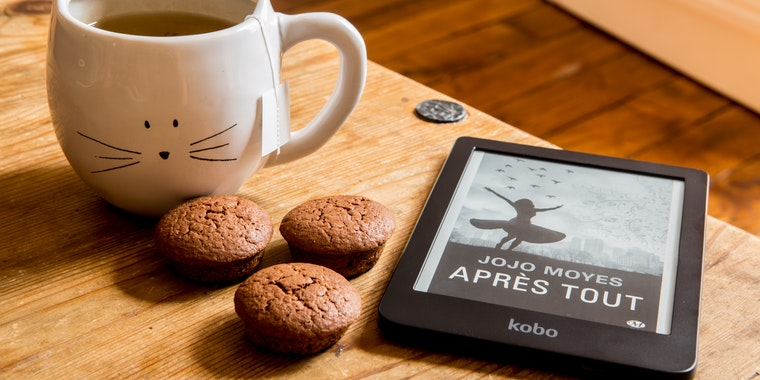 cookies, cup of tea and ebook with jojo moyes apres tout on the cover